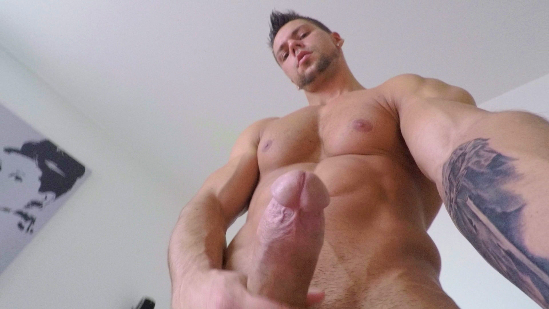 Muscle guy gets naked and wanks on cam tnaflix porn pics